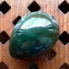 Нефритовое яйцо 4,5 х 3,4 см с отверстием. Россия, Саяны - фото 97064
